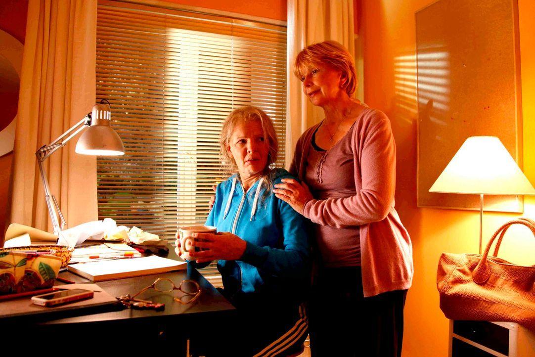 Verkehrte Welt: Tochter Mel (Yvonne Catterfeld, l.) sieht plötzlich um Jahre älter aus als ihre eigene Mutter (Ursela Monn, r.) ... - Bildquelle: Dominik Hatt SAT.1