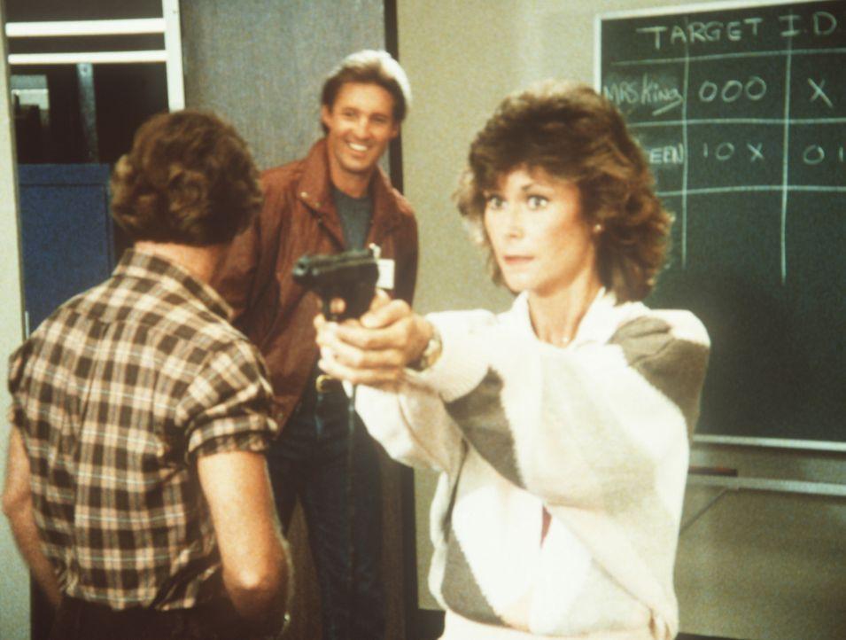 Lee (Bruce Boxleitner, M.) amüsiert sich prächtig über die mangelnde Treffsicherheit seiner Kollegin Amanda (Kate Jackson, r.) bei den Schießübungen...