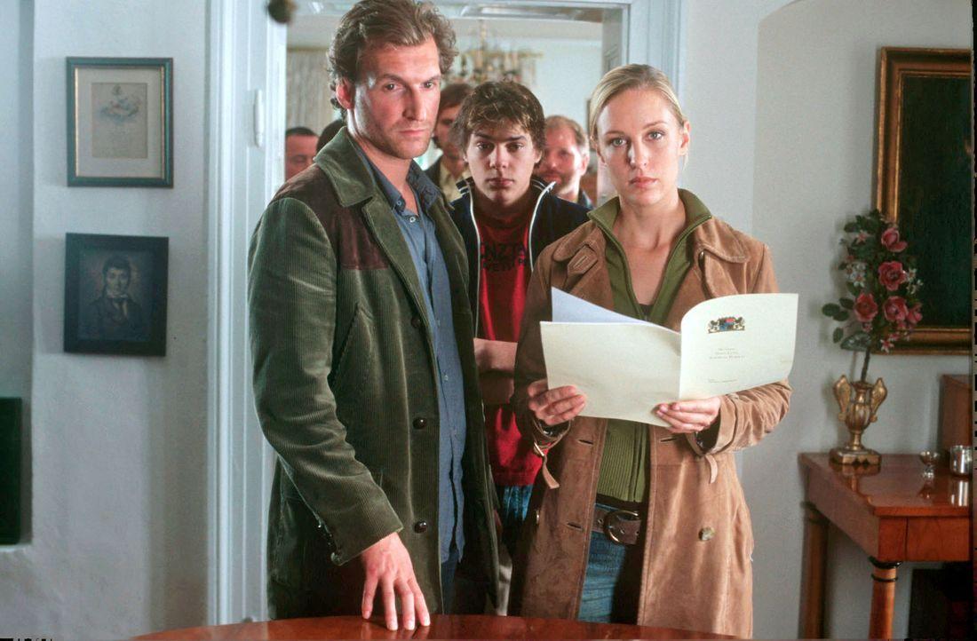 Mit einem Durchsuchungsbefehl können Mark (Siegfried Terpoorten, l.) und Rebecca (Lilian Klebow, r.) sich im Haus der Ex-Frau des ermordeten Bürgerm... - Bildquelle: Kerstin Stelter Sat.1