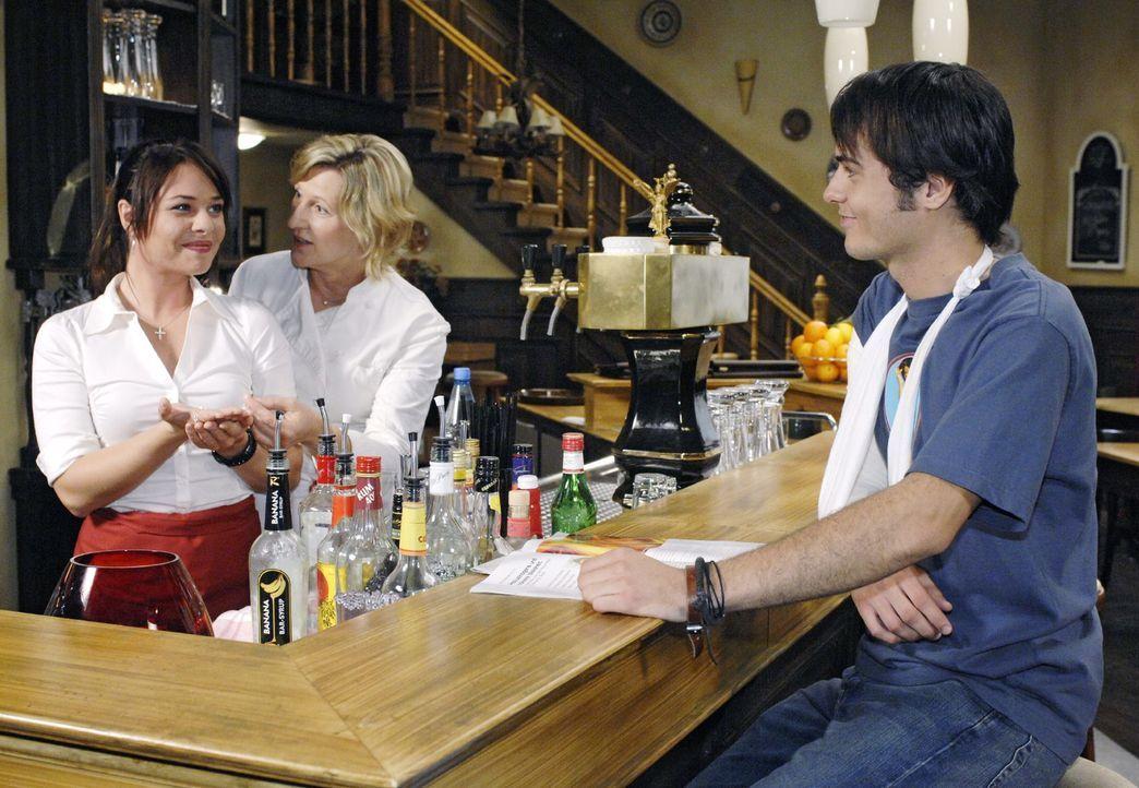 Maik, der in Geldnöten steckt, beschließt, das Armband heimlich zu entwenden. v.l.n.r.: Paloma (Maja Maneiro), Susanne (Heike Jonca), Maik (Sebastia... - Bildquelle: Oliver Ziebe Sat.1