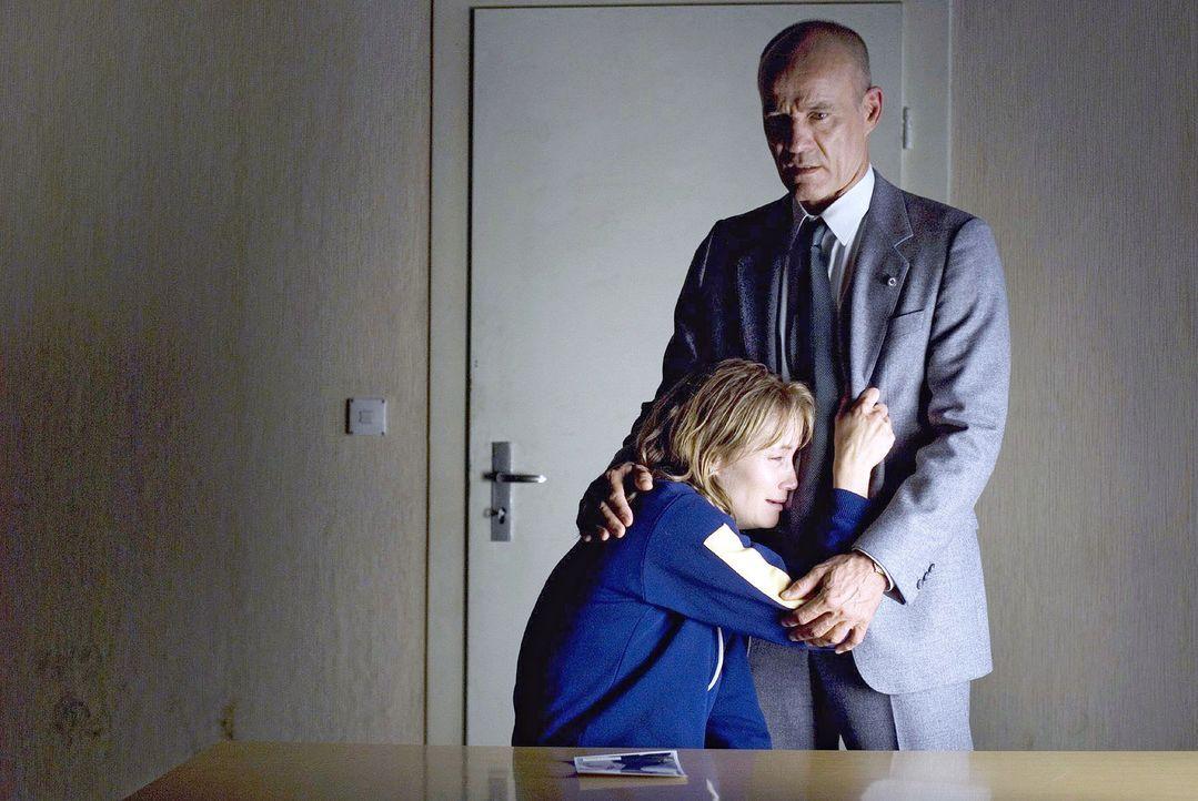 Schäfer (Heiner Lauterbach, r.) ist am Ziel: Weinend bricht Katja (Anja Kling, l.) zusammen und gibt ihren Widerstand auf ... - Bildquelle: Dirk Plamböck Sat.1