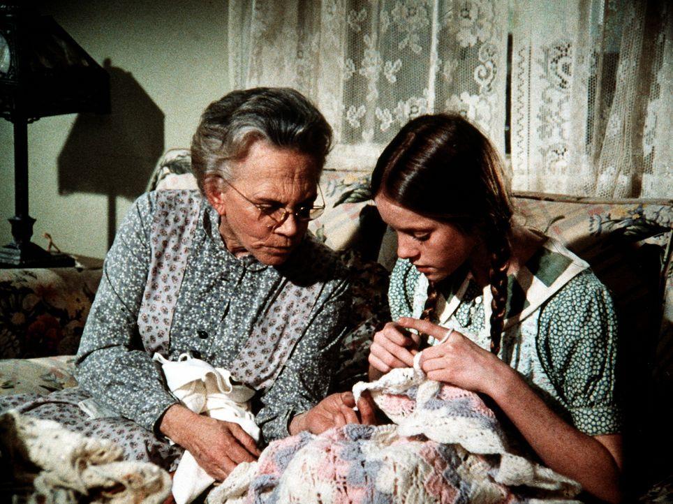 Erin (Mary Beth McDonough, r.) bereitet mit Hilfe ihrer Großmutter (Ellen Corby, l.) eine Überraschung für das Baby vor, das ihre Mutter erwartet. - Bildquelle: WARNER BROS. INTERNATIONAL TELEVISION