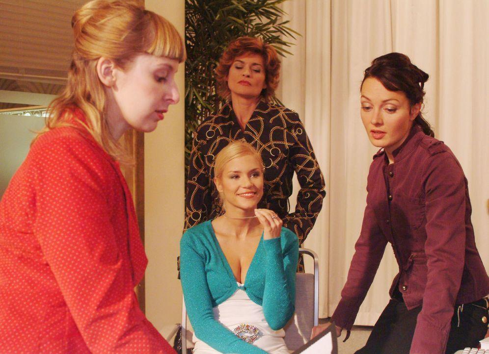 Sabrina (Nina-Friederike Gnädig, vorne M.) bezieht ihre Kolleginnen (Lilli Anders, l. und Meike Brose, r.) in ihre Hochzeitspläne ein - und weiß sic... - Bildquelle: Monika Schürle Sat.1