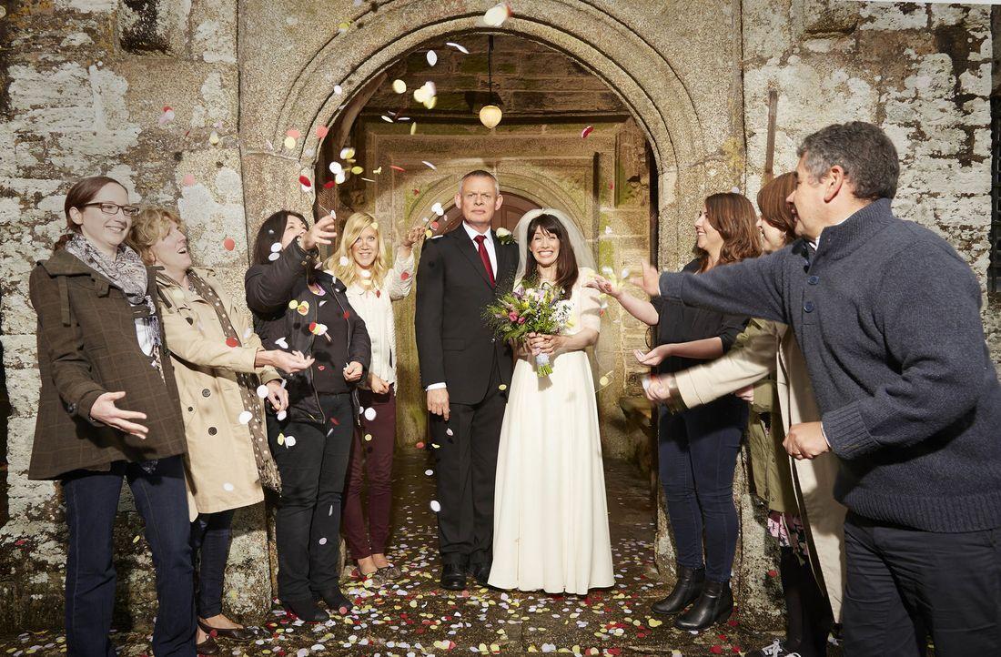 Martin (Martin Clunes, M.l.) und Louisa (Caroline Catz, M.r.) heiraten endlich und zur Hochzeit und Empfang kommen viel mehr Leute als sie erwartet... - Bildquelle: BUFFALO PICTURES/ITV