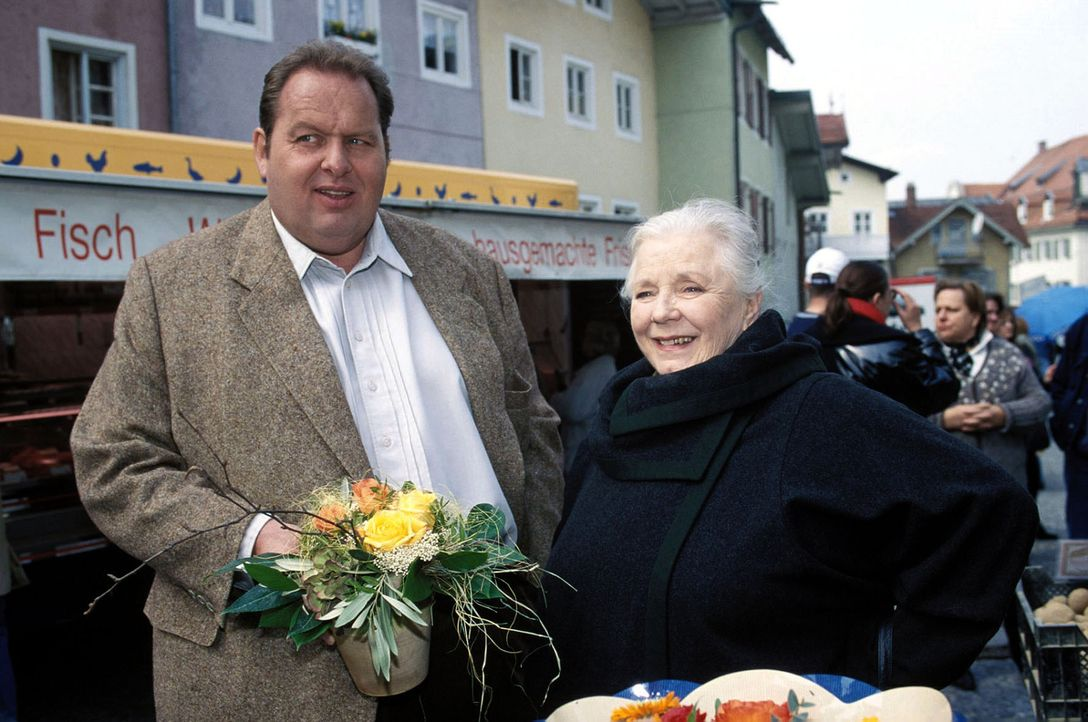Resi (Ruth Drexel, r.) und Benno (Ottfried Fischer, l.) bekommen einen Blumenstrauß. - Bildquelle: Magdalena Mate Sat.1