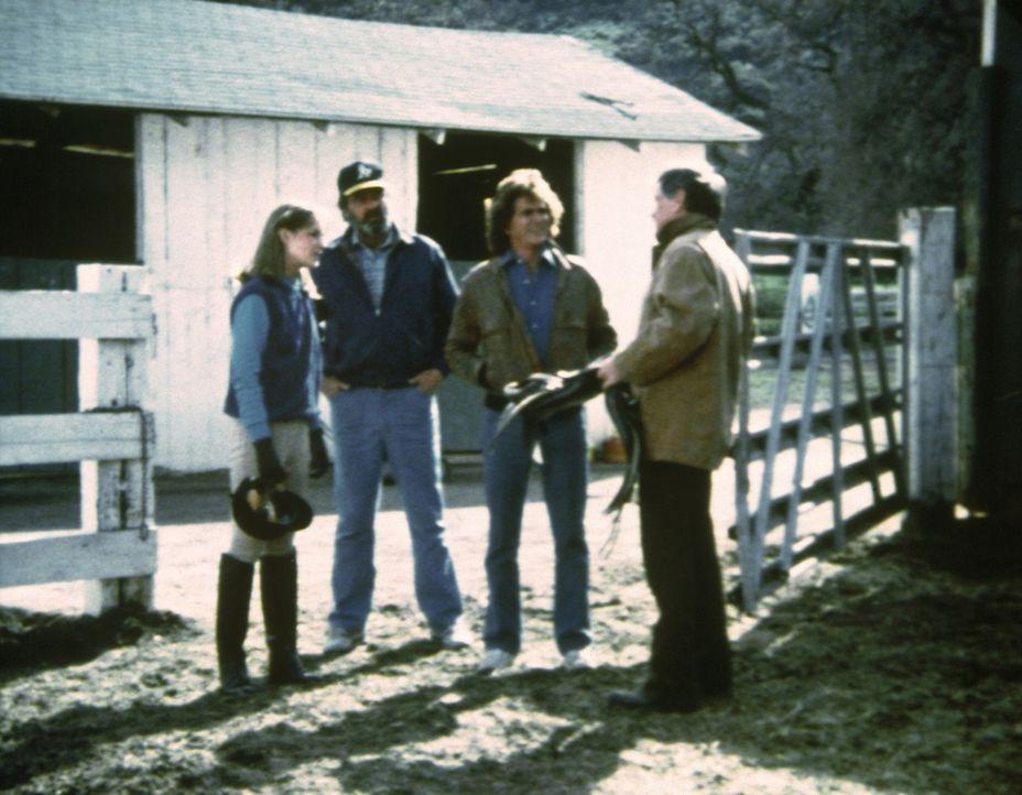 Jonathan (Michael Landon, 2.v.r.) und Mark (Victor French, 2.v.l.) bekommmen einen Job als Pferdepfleger. - Bildquelle: Worldvision Enterprises, Inc.