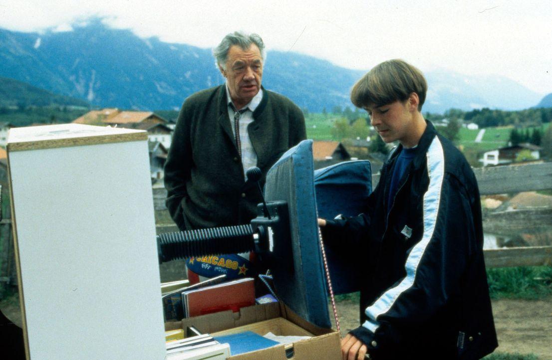 Nach dem Tod seines Vaters zieht Maxl (Manuel Guggenberger, r.) mit seiner Schwester in das Haus von Pankraz (Walther Reyer, l.). Als das Jugendamt... - Bildquelle: Beta Film GmbH