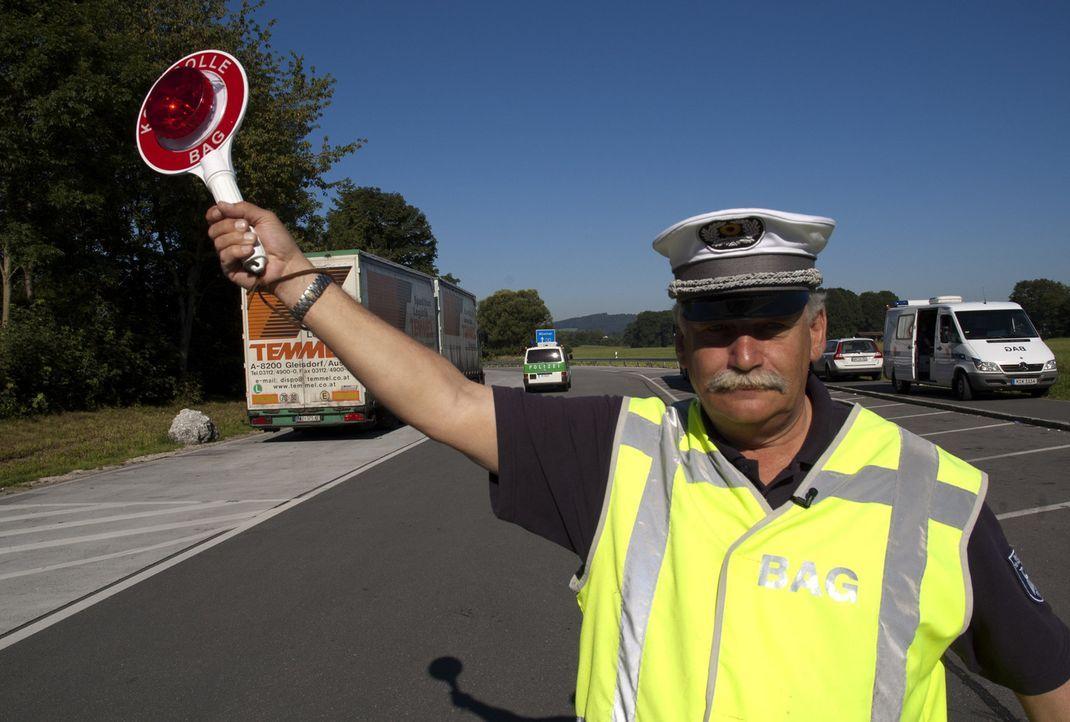 Bitte folgen! Zugriff auf der Autobahn: Peter Setzensack in Aktion ... - Bildquelle: SAT.1
