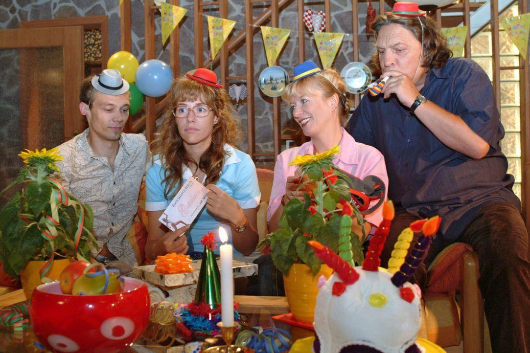 Lisa (Alexandra Neldel, 2.v.l.) gelingt es nicht, ihren Geburtstag mit Jürgen (Oliver Bokern, l.) und ihren Eltern (Ulrike Mai, 2.v.r.; Volker Herol... - Bildquelle: Monika Schürle Sat.1