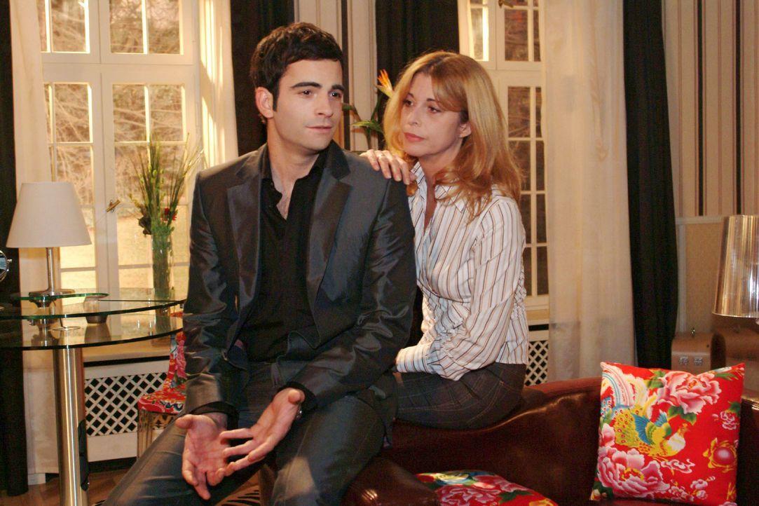David (Mathis Künzler, l.) sucht bei seiner Mutter (Olivia Pascal, r.) Rat, wie er Mariella zurückerobern soll. - Bildquelle: Monika Schürle Sat.1
