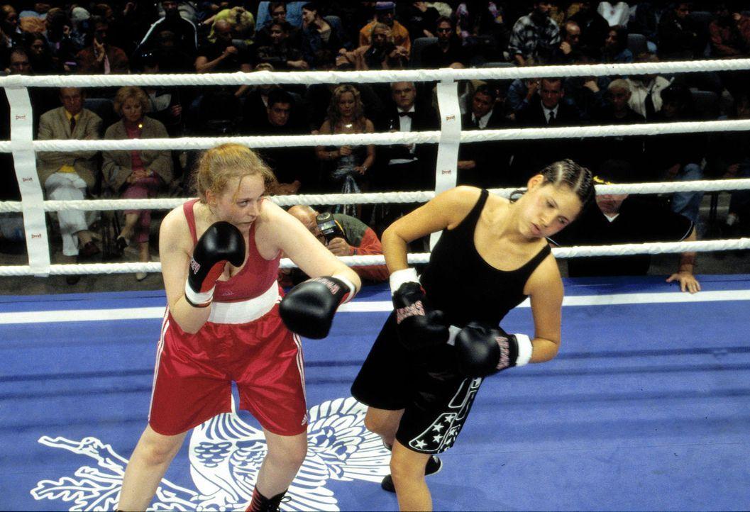 Anik (Jasmin Gerat, r.) muss bei ihrem Kampf gegen Verona (Verona Hermann, l.) üble Treffer einstecken. - Bildquelle: Dobrivoie Kerpenisan Sat.1