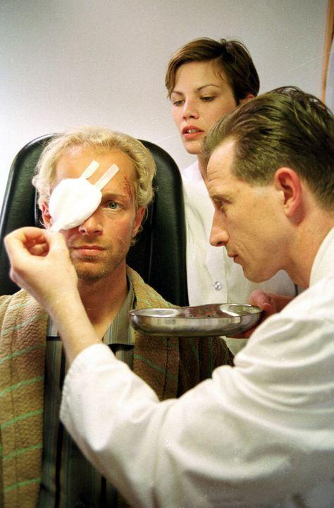 Nach der Augen-OP wird Daniel (Jochen Horst, l.) noch einmal untersucht. - Bildquelle: Ebling Sat.1