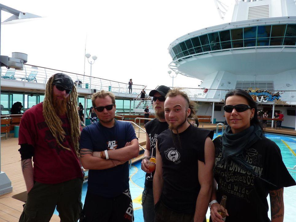 Was passiert, wenn 2000 Rocker und 40 Heavy Metal-Bands auf einem Kreuzfahrtschiff durch die Karibik schippern? Wird die Reise für die Besatzung ei... - Bildquelle: SAT.1