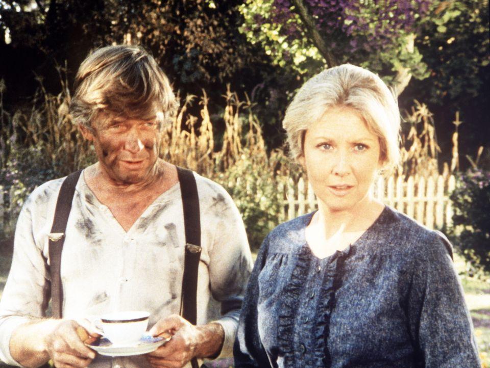 Vater John Walton (Ralph Waite, l.) und Mutter Olivia Walton (Michael Learned, r.) stehen vor dem Nichts. Das gesamte Haus ist bis auf die Grundmaue... - Bildquelle: WARNER BROS. INTERNATIONAL TELEVISION