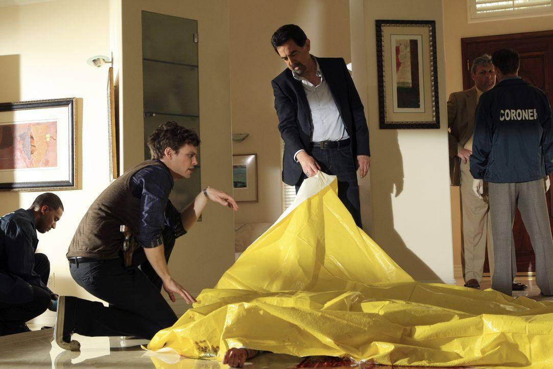 Hoffen, am Tatort Hinweise auf den Mörder zu finden: Rossi (Joe Mantegna, M.) und Reid (Matthew Gray Gubler, 2.v.l.) ... - Bildquelle: Matt Kennedy 2011 American Broadcasting Companies, Inc. All rights reserved. / Matt Kennedy