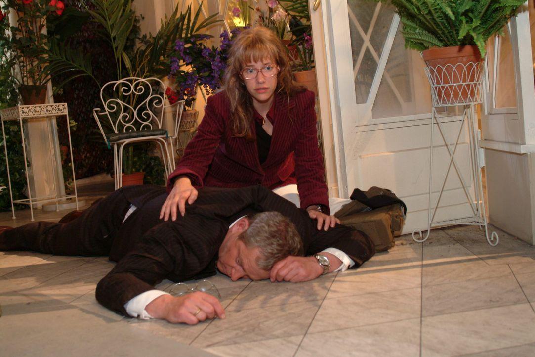 Verzweifelt versucht Lisa (Alexandra Neldel, r.) Friedrich (Wilhelm Manske, liegend) zu helfen, der nach einem Herzinfarkt vom Stuhl gefallen ist. (... - Bildquelle: Monika Schürle Sat.1