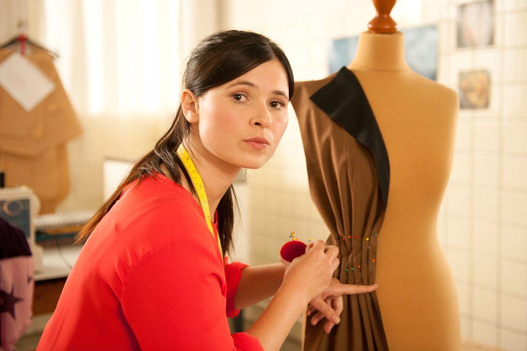 Von der Platte in die glitzernde Modewelt nach New York - und wieder zurück: Mandy (Anna Fischer) gibt ihren Traum von der eigenen Kollektion so sch... - Bildquelle: Britta Krehl SAT.1 / Britta Krehl