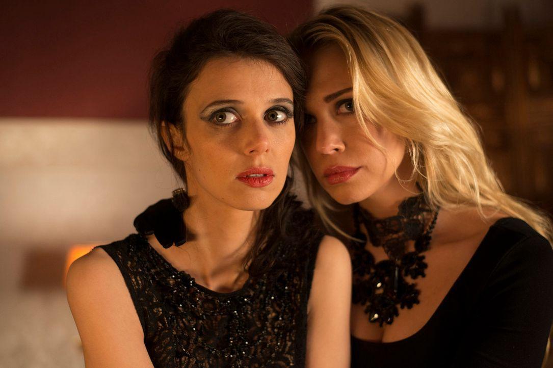 Haben Sunny (Lara Isabelle Rentinck, r.) und Olga (Anne Bolik, l.) etwas mit dem Mord an einem Freier zu tun? Mick und Andreas geben alles, um dies... - Bildquelle: Martin Rottenkolber SAT.1