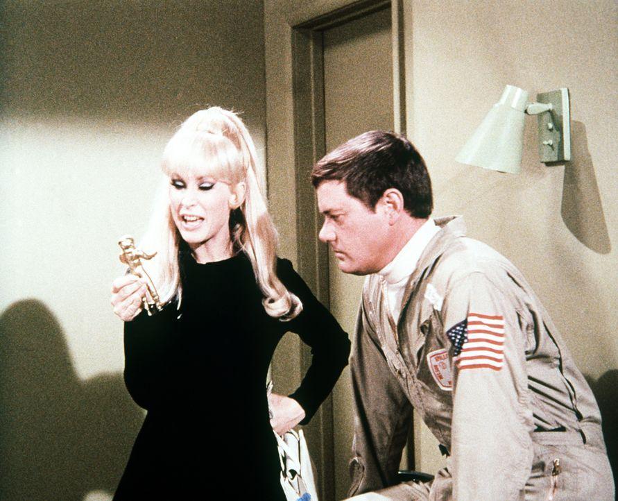 Jeannie (Barbara Eden, l.) besucht Tony (Larry Hagman, r.) einfach auf der Quarantänestation. Um nicht entdeckt zu werden, verwandelt sie sich in ei...
