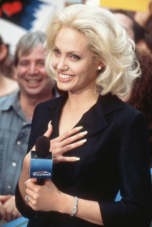 Eines Tages macht die erfolgsverwöhnte Moderatorin Lanie Kerrigan (Angelina Jolie) im Rahmen einer Reportage die Bekanntschaft des Straßenpropheten... - Bildquelle: MONARCHY ENTERPRISES S.A.R.I. AND REGENCY ENTERTAINMENT (USA), INC.
