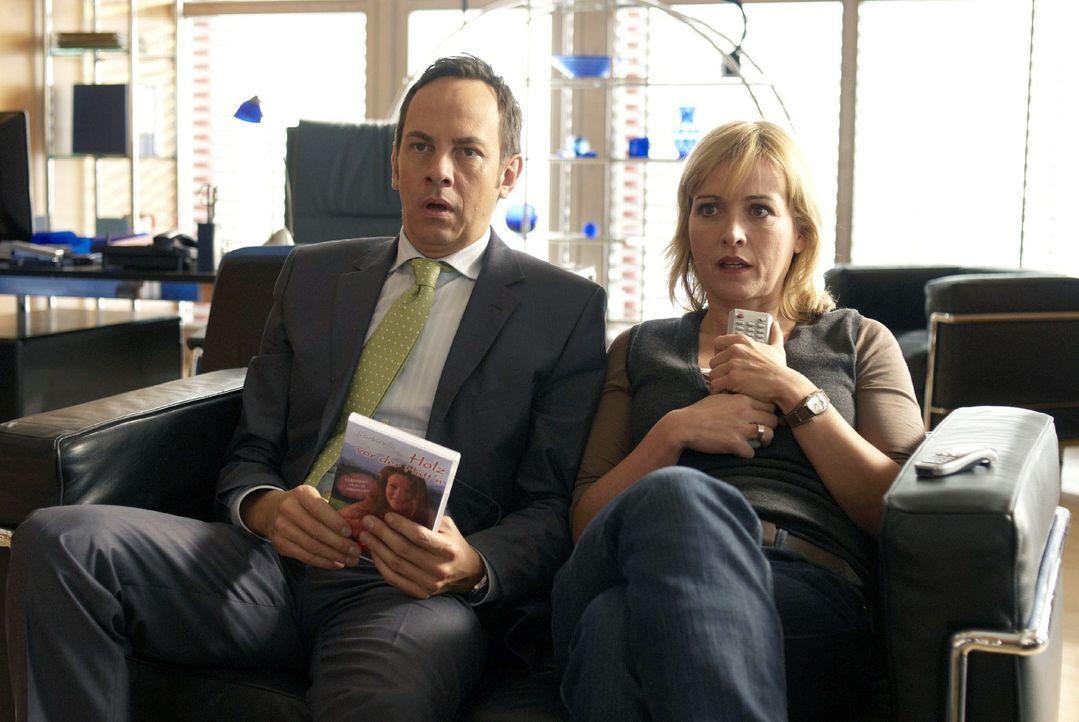 Staatsanwalt Lenz (Moritz Lindbergh, l.) und Nadine (Katharina Abt, r.) sichten das beschlagnahmte Videomaterial. Als sie feststellen, was für Filme... - Bildquelle: Walter Wehner Sat.1