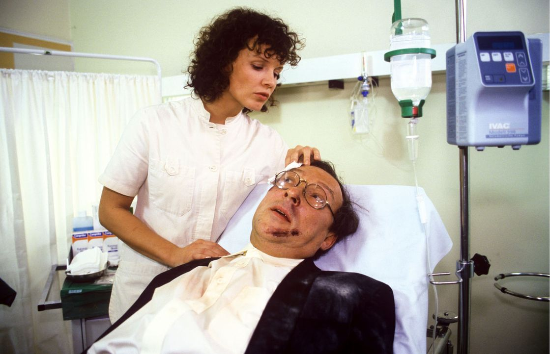 """Ludwig Kessler (Jaecki Schwarz, r.) stürzt bei Renovierungsarbeiten in seiner Tanzschule so schwer, dass er ins Krankenhaus eingeliefert wird. """"Stef... - Bildquelle: Noreen Flynn Sat.1"""