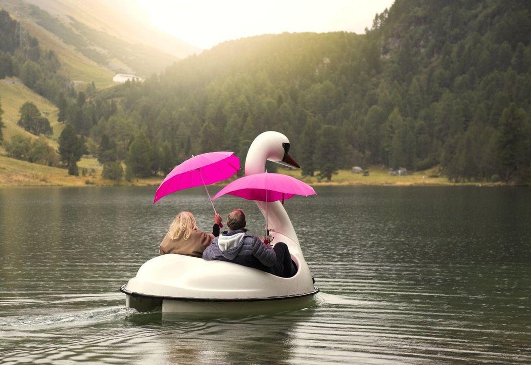 Um sich den Traum von der großen Liebe noch einmal zu erfüllen, verbringen die Ü-60-Singles eine gemeinsame Woche in einem idyllischen schweizer Ber... - Bildquelle: Walter Wehner SAT.1