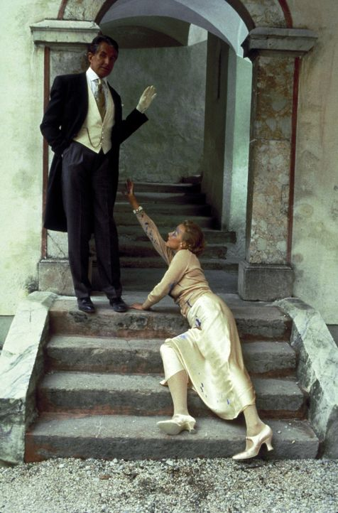 Elsa Hellerstadt (Katja Riemann, r.) bittet Karl von Ostenberg (George Hamilton, l.) um Hilfe, doch der möchte sich offensichtlich nicht die Finger... - Bildquelle: Columbia Pictures