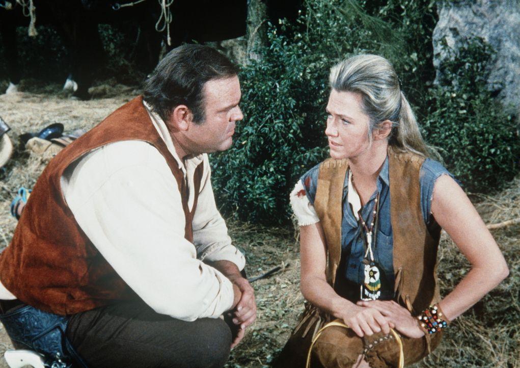Die Weiße Erin (Mary Fickett, r.), die unter Indianern aufgewachsen ist, hat Hoss Cartwright (Dan Blocker, l.) das Leben gerettet. - Bildquelle: Paramount Pictures