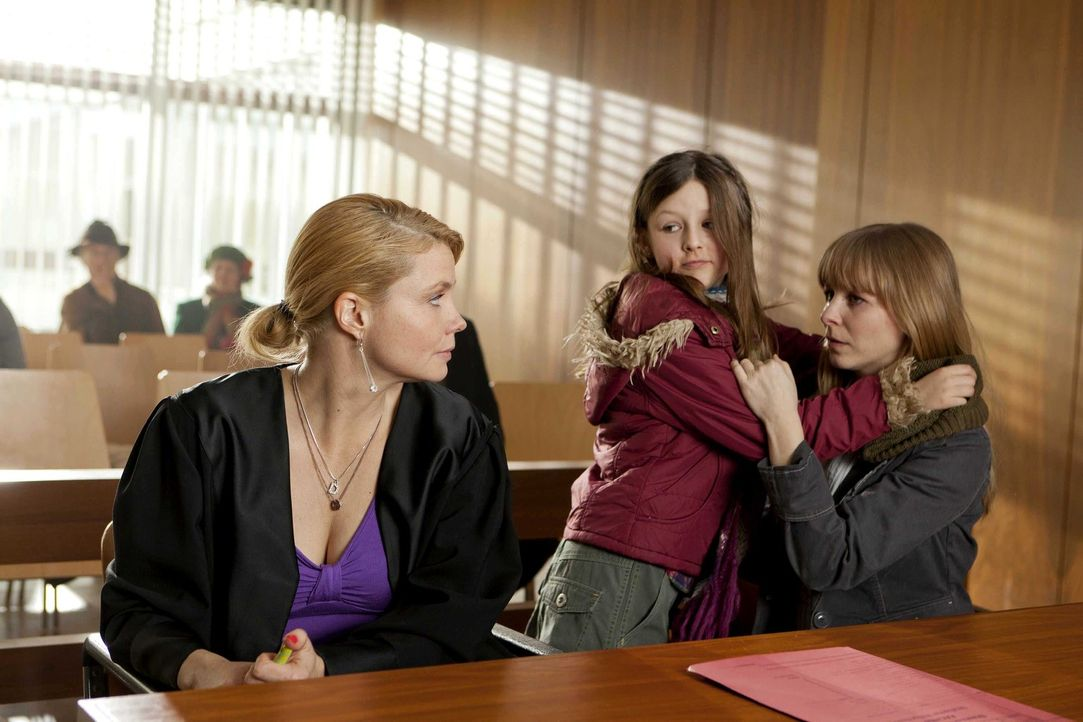 Kann Danni (Annette Frier, l.) Anne Herder (Jasmin Schwiers, r.) und ihrer Tochter Lea (Ida Irmler, M.) helfen? - Bildquelle: Frank Dicks SAT.1