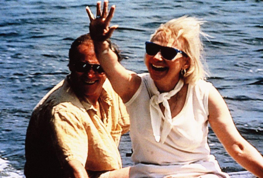 Mac (l.) und Muff Graham (r.) ahnen nicht, dass ihre Reise ins Paradies ein schreckliches Ende nehmen wird ... - Bildquelle: New Dominion Pictures, LLC