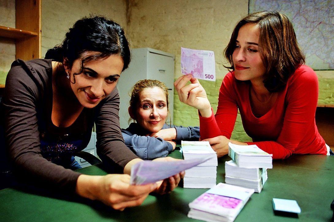 Filiz (Ilknur Boyraz, l.), Manu (Barbara Philipp, M.) und Britta (Henriette Heinze, r.) freuen sich über ihre Beute von 170.000 Euro. Genug Startkap... - Bildquelle: Hardy Spitz Sat.1