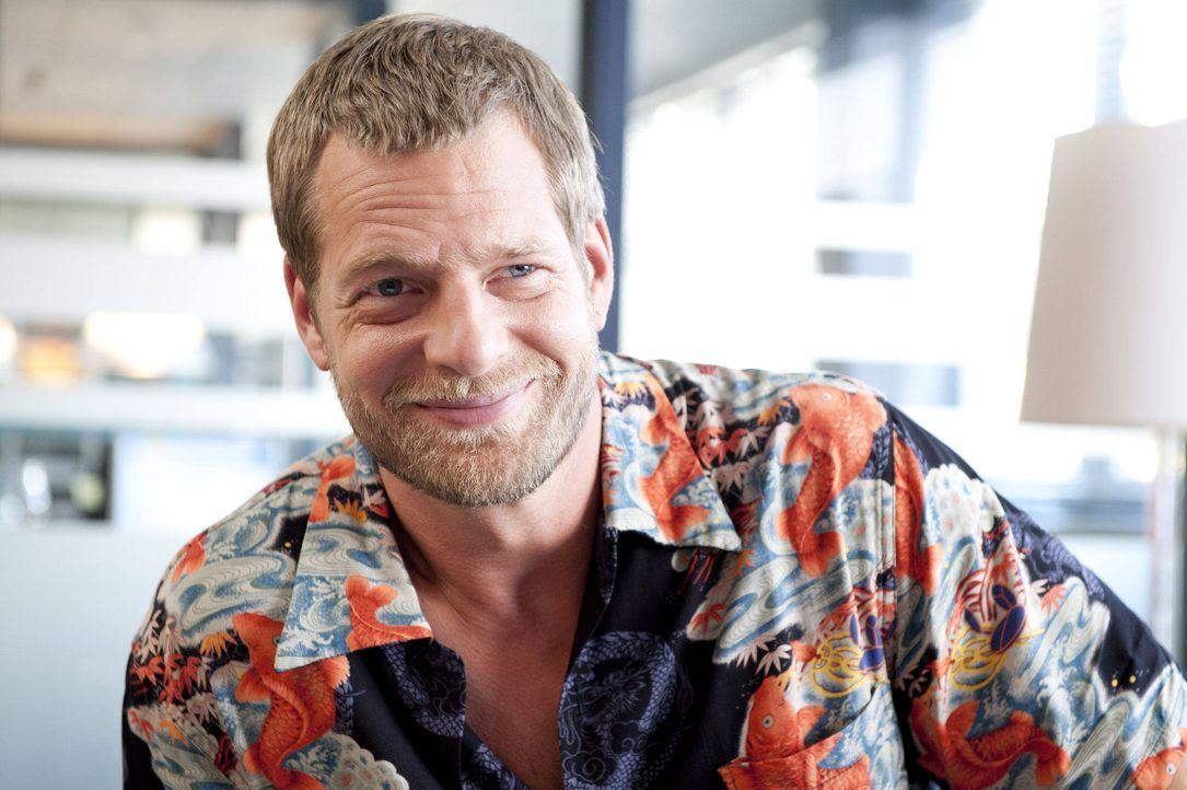 (3. Staffel) -  Hat einen Nebenbuhler und eine neue Kollegin, die ihn aus der Fassung bringen: Mick (Henning Baum) ... - Bildquelle: Martin Rottenkolber SAT.1 / Martin Rottenkolber
