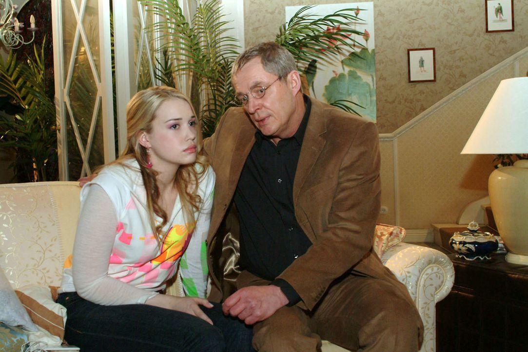Kim (Lara-Isabelle Rentinck, l.) muss sich von ihrem Vater (Wilhelm Manske, r.) die Leviten lesen lassen. Der hat einen erschreckenden Plan bezüglic... - Bildquelle: Monika Schürle Sat.1