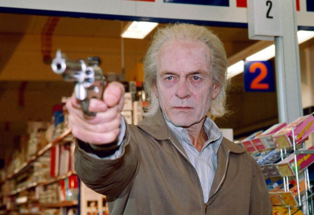 Immer wieder kommt es zu Überfällen auf Supermärkte und Banken. Der Täter (Joachim Bissmeier) ist ein alternder Verwandlungskünstler, der immer in e... - Bildquelle: Ali Schafler Sat.1