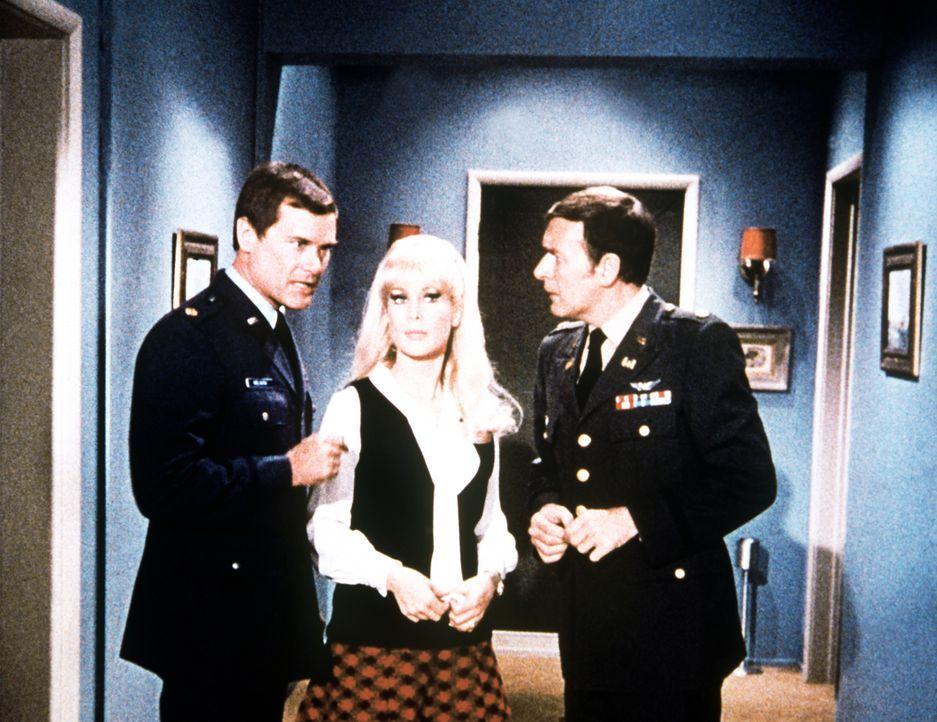 Das Hotel hat die Reservierungen von Tony (Larry Hagman, l.), Jeannie (Barbara Eden, M.) und Roger (Bill Daily, r.) verschlampt. Zum Glück kann Jean...