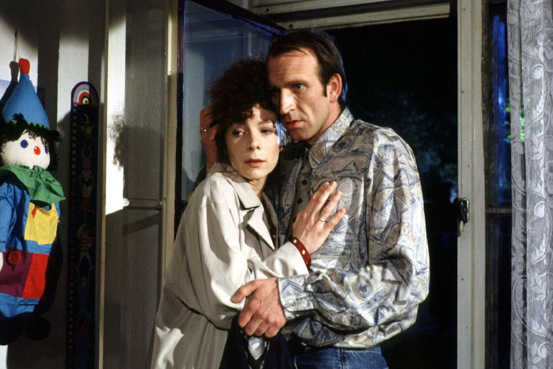 Von einer Geburtstagsfeier zurückgekehrt, stellt das Ehepaar Irene (Nina Hoger, l.) und Karl Backhaus (Jochen Nickel, r.) entsetzt fest, dass sein... - Bildquelle: Alfred Raschke Sat.1
