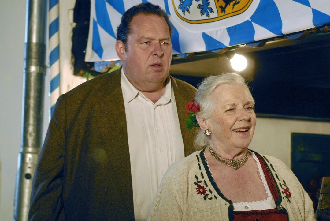 Jennerweinabend im Hause Berghammer (Ottfried Fischer, l.; Ruth Drexel, r.) - Bildquelle: Hans Seidenabel Sat.1