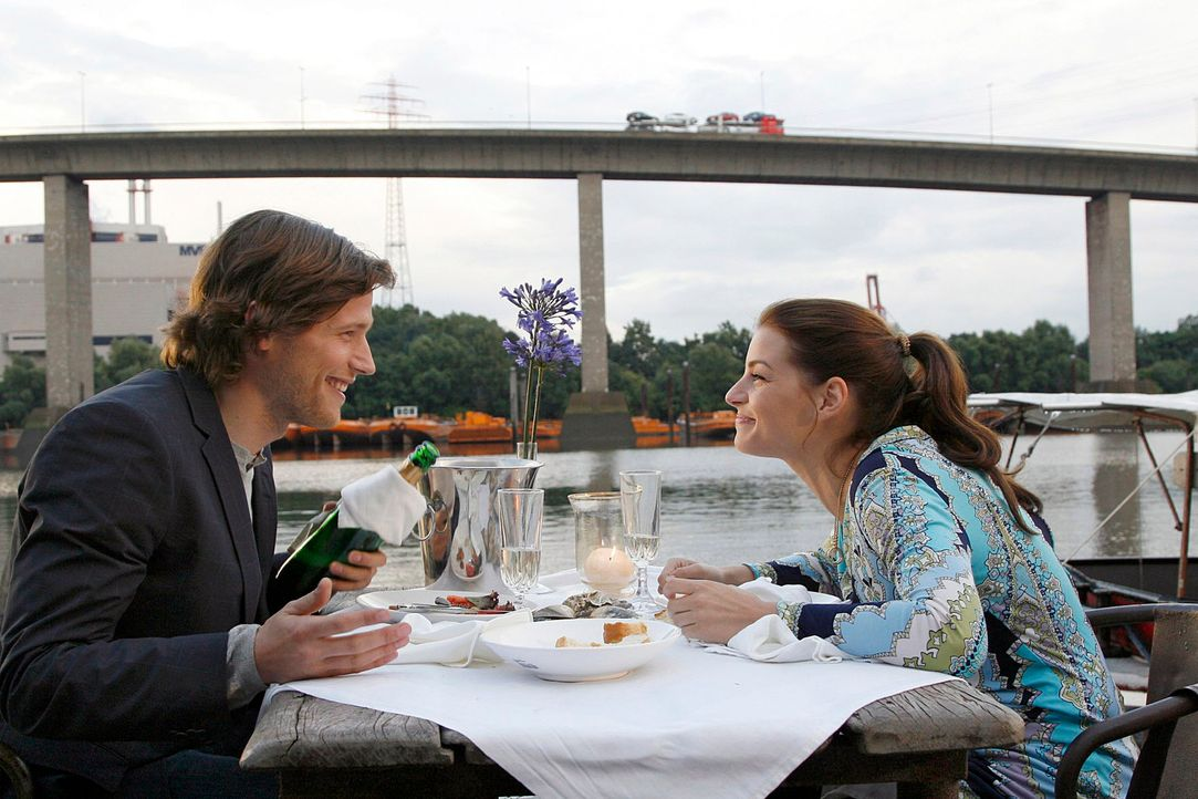 Sonnyboy Moritz (Sebastian Ströbel, l.) umgarnt Katrina (Yvonne Catterfeld, r.) mit seinem Charme. - Bildquelle: Georg Pauly Sat.1