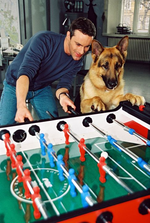 Kommissar Brandtner (Gedeon Burkhard, l.) und Rex entspannen sich bei einer Partie Tischfußball ... - Bildquelle: Ali Schafler Sat.1