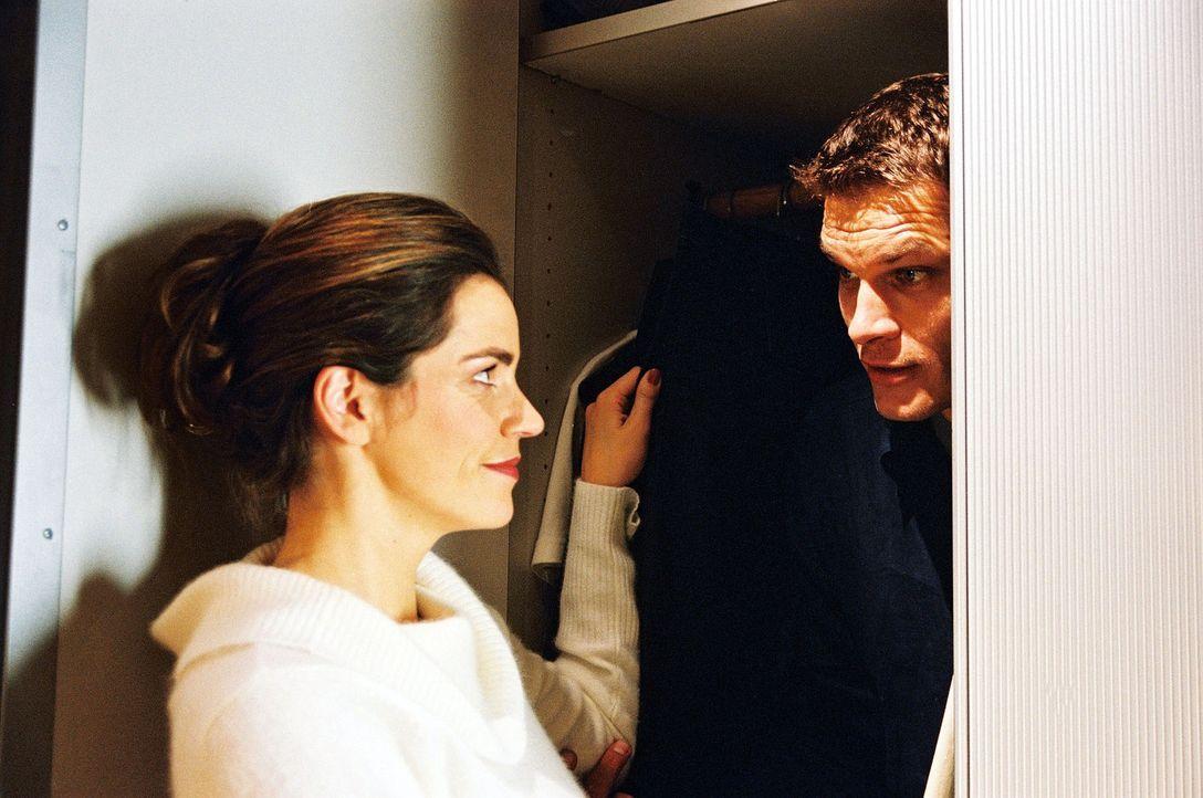 Wärmen alte Gefühle auf: Sandra (Rebecca Immanuel, l.) und Tim (Götz Otto, r.) ... - Bildquelle: Sat.1