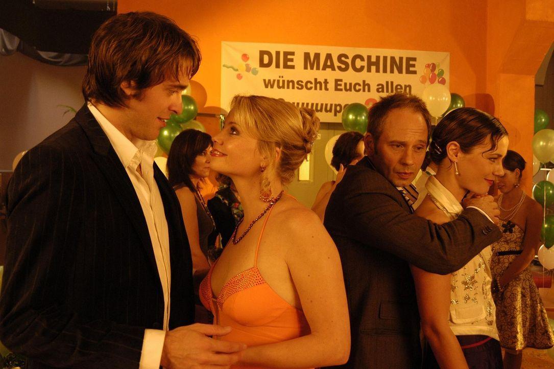 Der Filmabend in der Waschbar verläuft für Minza (Annette Frier, 2.v.l.), Tobias (Lorenz Nufer, l.), Valerie (Rhea Harder, r.) und Frieder (Michae... - Bildquelle: Hans Seidenabel ProSieben