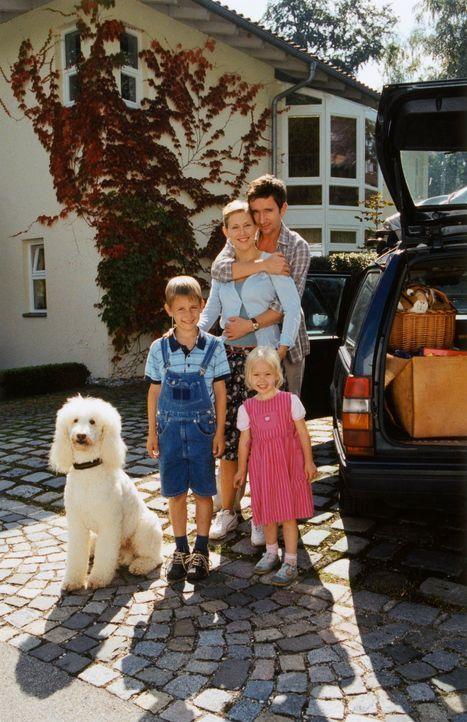 Doris (Gruschenka Stevens, 2.v.l.) und Klaus Engel (Arnd Klawitter, l.) sind überglücklich, endlich in ihr neues Heim auf dem Lande ziehen zu können... - Bildquelle: Christian A. Rieger ProSieben