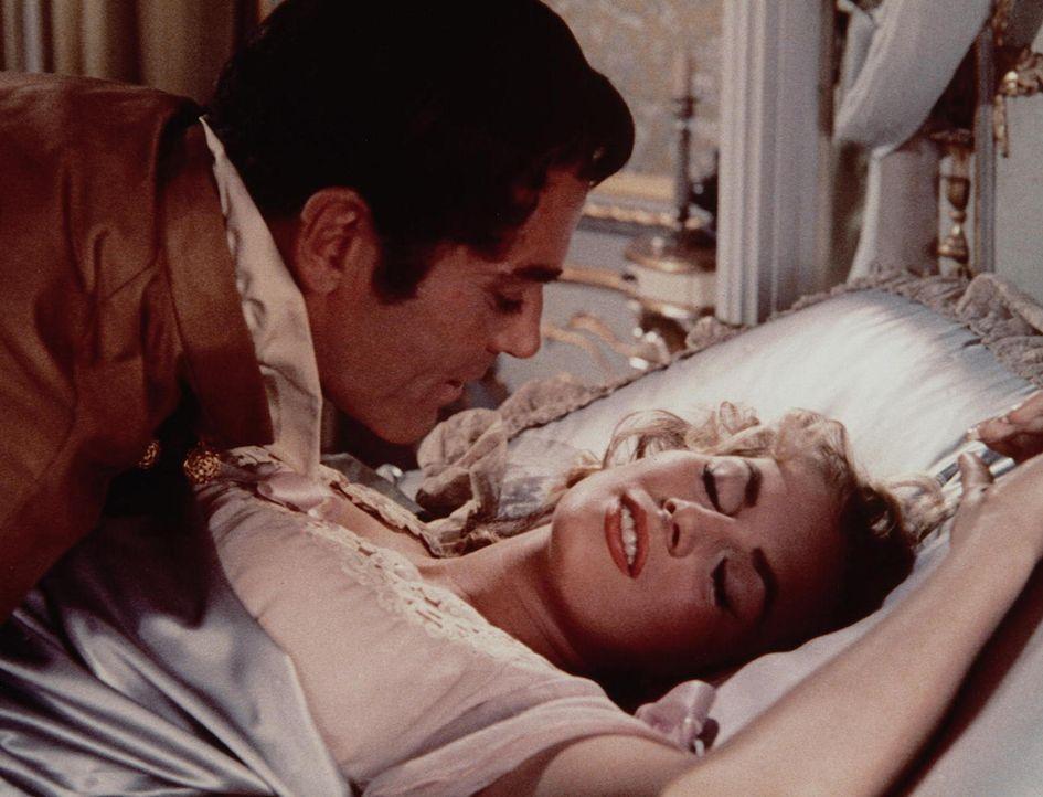 Als Napoleon seine Eroberungspläne aufgeben muss, weiß Pierre (Henry Fonda, l.), dass Natascha (Audrey Hepburn, r.) nun endlich seine Liebe erwidern...
