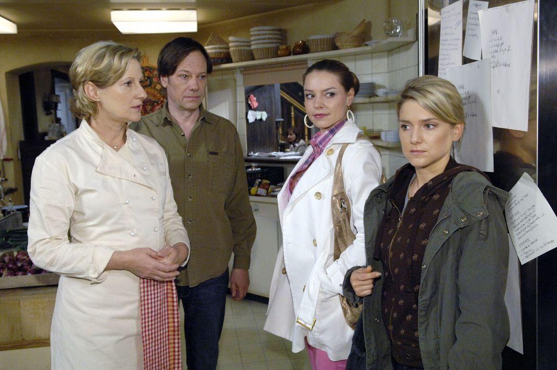 Anna (Jeanette Biedermann, r.) ist entsetzt, als Susanne (Heike Jonca, l.) und Armin (Rainer Will, 2.v.l.) sie und Katja (Karolina Lodyga, 2.v.r.) b... - Bildquelle: Claudius Pflug Sat.1