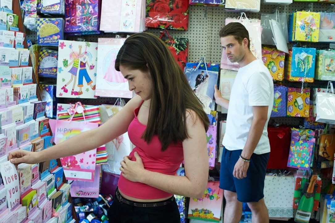 Nachdem die 18-jährige Kelsey (l.) vom Shoppen nicht zurückkommt, ist schnell klar, dass hinter ihrem spurlosen Verschwinden ein Verbrechen stecken... - Bildquelle: SALOON MEDIA INC. & ARROW INTERNATIONAL MEDIA LTD.