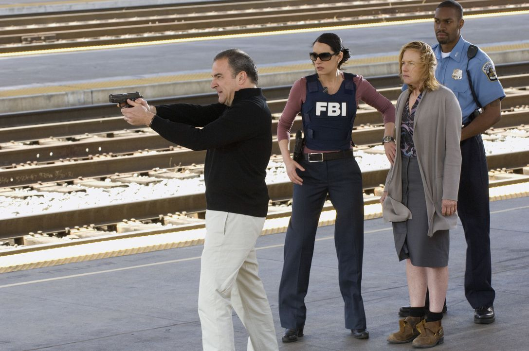 (v.l.n.r.) Jason Gideon (Mandy Patinkin); Emily Prentiss (Paget Brewster); Jane (Amy Madigan) - Bildquelle: Randy Tepper 2007 ABC Television Studio. All rights reserved. NO ARCHIVE. NO RESALE. / Randy Tepper