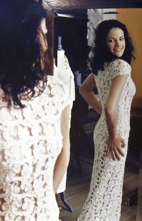 Voller Stolz führt Anne (Bettina Zimmermann) ihren Freundinnen das ungewöhnliche Hochzeitskleid vor. Doch die teilen Annes Begeisterung über die Ehe... - Bildquelle: Kaysser ProSieben