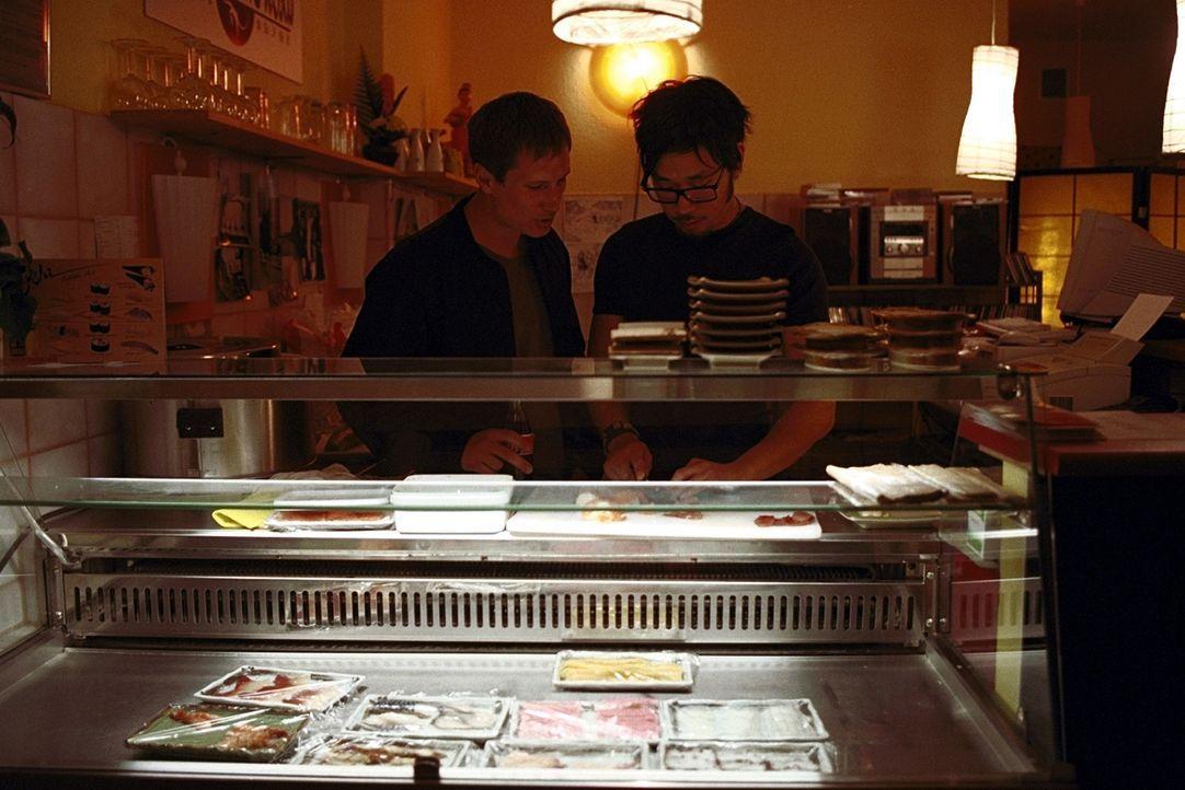 Zusammen mit seinem koreanischen Freund Kim Chong (Ill-Young Kim, r.) betreibt Lars (Benno Fürmann, l.) eine Sushi -Bar, die die beiden mehr schlech... - Bildquelle: Jeanne Degraa ProSieben
