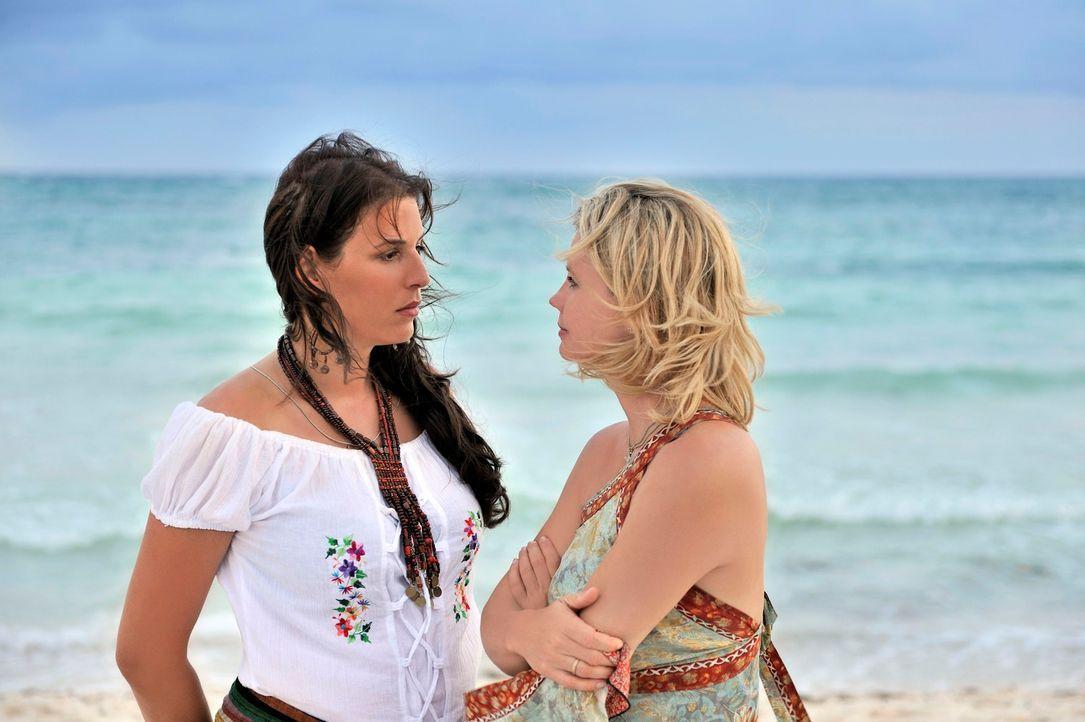 Die erfolgreiche Businessfrau Consuela (Elena Uhlig, l.) bietet einen ungewöhnlichen Deal an: Barbara (Annette Frier, r.) kümmert sich um die Strand... - Bildquelle: Hardy Brackmann SAT.1